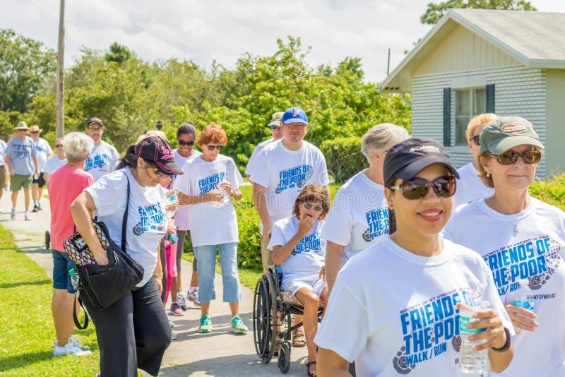 De vrouw in een rolstoel neemt aan een katholieke gebeurtenis van de liefdadigheidsgang deel royalty-vrije stock afbeeldingen