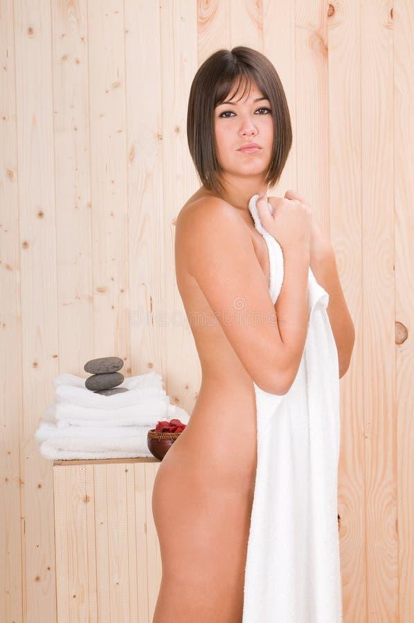 De vrouw in een sauna of ontspant massage stock foto