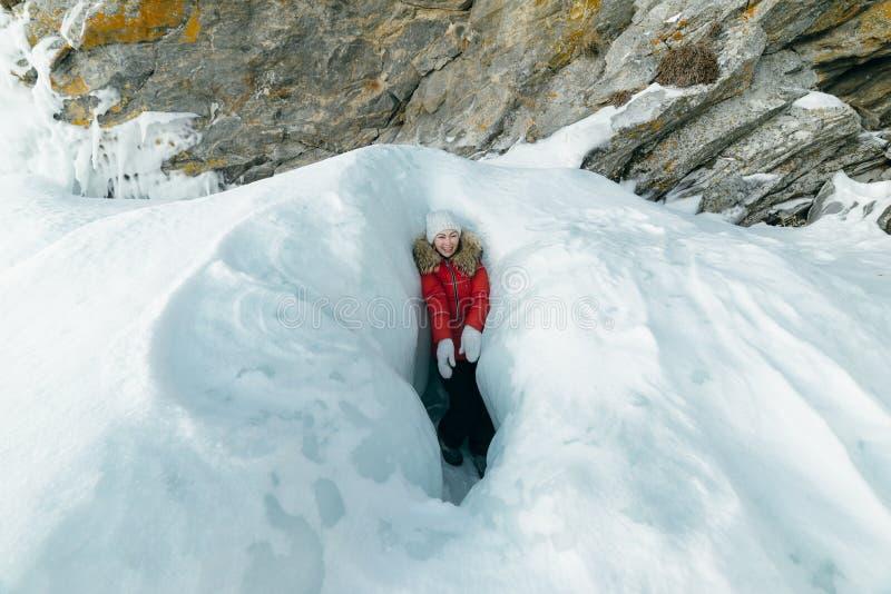 De vrouw is een toerist in het ijs van Meer Baikal stock afbeeldingen