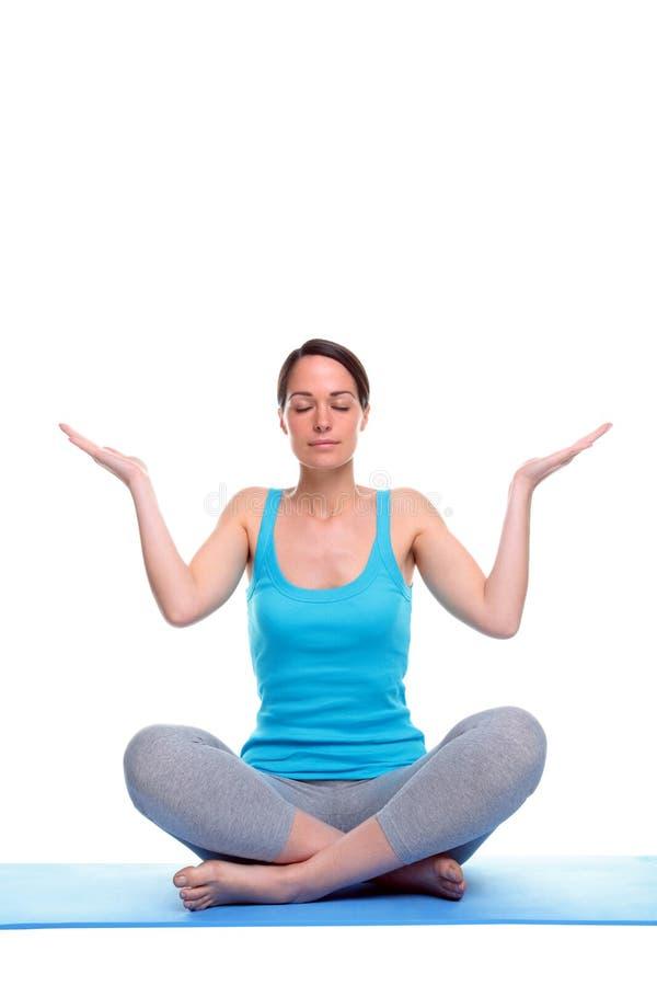 De vrouw in een yogameditatie stelt royalty-vrije stock foto's