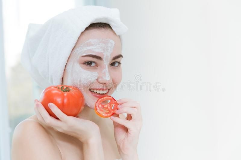 De vrouw eet concept van de de huidzorg van het Tomaten het gezonde kuuroord royalty-vrije stock afbeeldingen