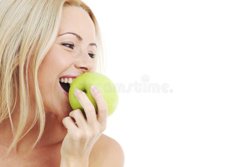 De vrouw eet groene appel royalty-vrije stock foto
