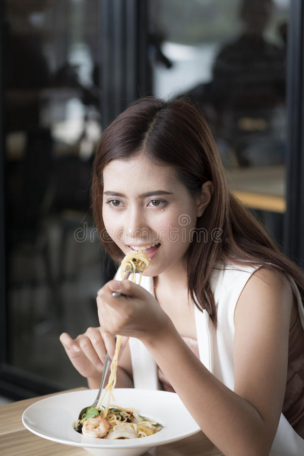 De vrouw eet spaghetti royalty-vrije stock afbeelding