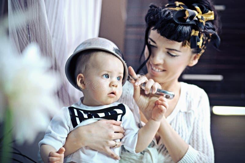 De vrouw en de baby van de schoonheid royalty-vrije stock afbeelding