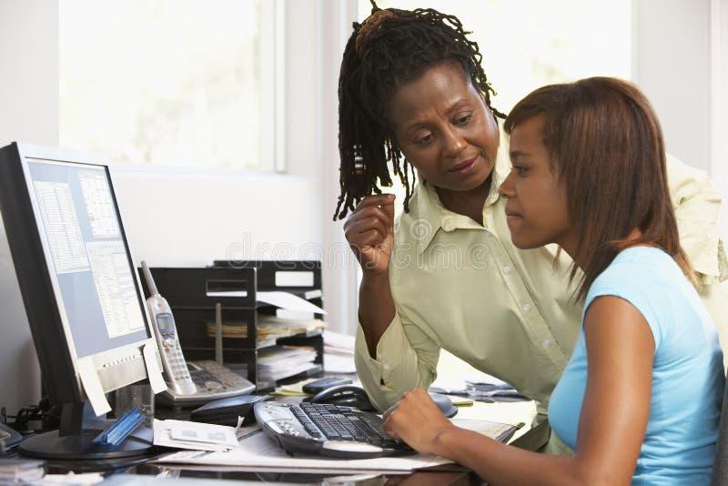 De vrouw en de Dochter gebruiken een Computer stock afbeelding