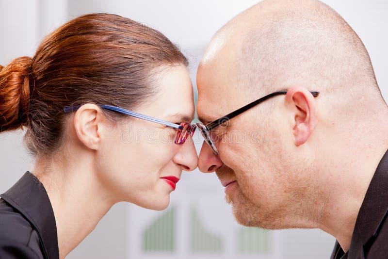 De vrouw en de man zouden een goed commercieel team kunnen zijn stock foto