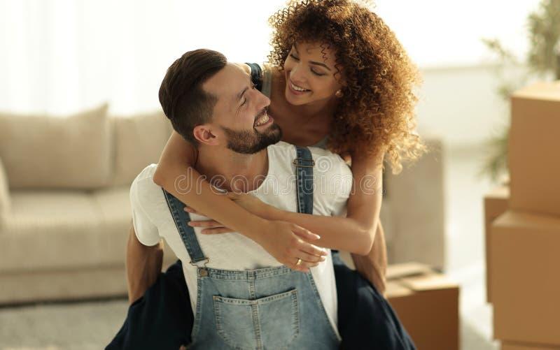 De vrouw en de echtgenoot zijn gelukkig om zich aan een nieuw huis te bewegen royalty-vrije stock afbeeldingen