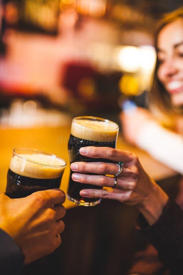 De vrouw en de man drinken bier stock afbeelding