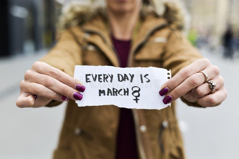 De vrouw en de tekst elke dag zijn 8 maart stock afbeelding