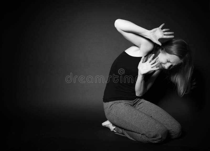 De vrouw ervaart depressie, vrees, wanhoop, eenzaamheid stock afbeelding