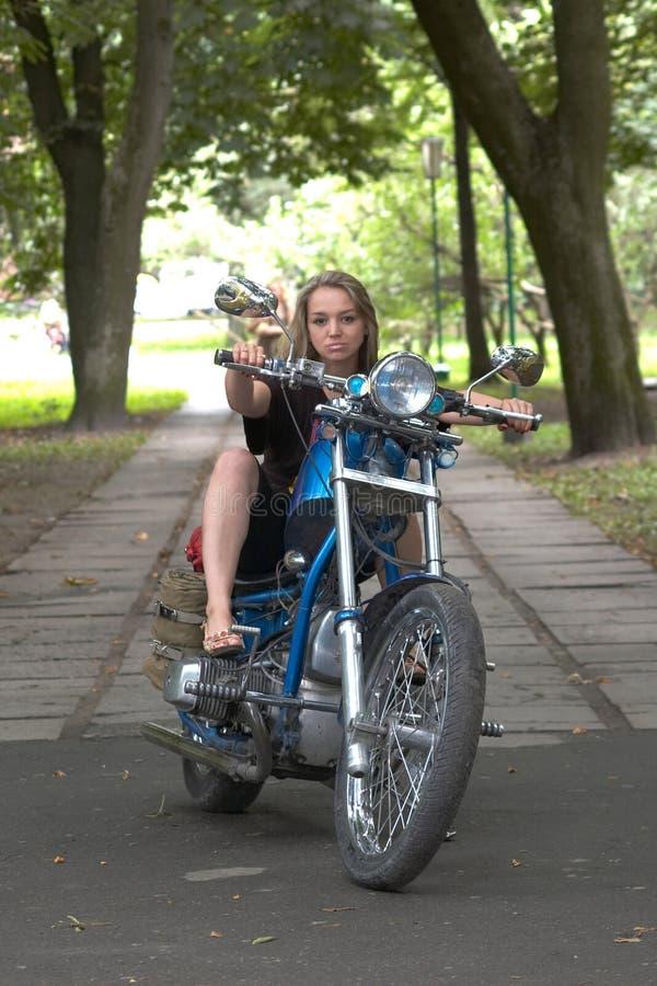 De vrouw gaat op een fiets stock afbeelding