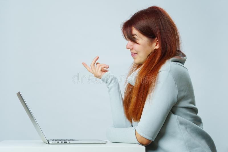 De vrouw gebruikt laptop voor mededeling in praatje of videopraatje Sociaal media concept stock foto