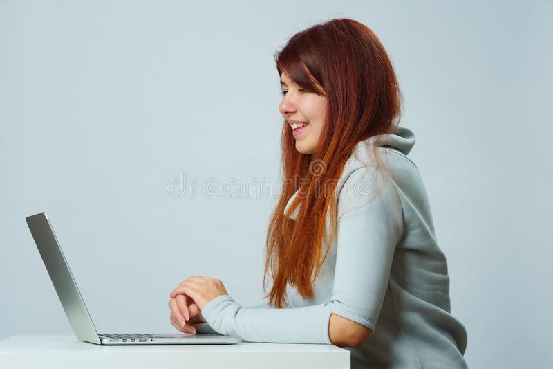 De vrouw gebruikt laptop voor mededeling in praatje of videopraatje Sociaal media concept stock afbeelding