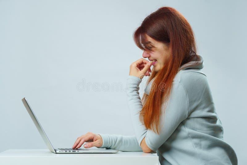 De vrouw gebruikt laptop voor mededeling in praatje of videopraatje Sociaal media concept royalty-vrije stock foto's