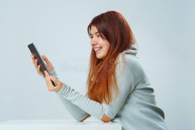 De vrouw gebruikt tabletcomputer voor mededeling in praatje of videopraatje Sociaal media concept royalty-vrije stock foto