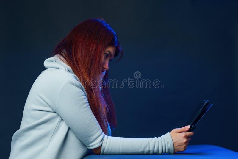 De vrouw gebruikt tabletcomputer voor mededeling in praatje of videopraatje Sociaal media concept royalty-vrije stock foto's