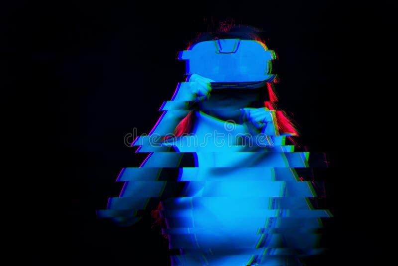 De vrouw gebruikt virtuele werkelijkheidshoofdtelefoon Beeld met glitch effect stock afbeeldingen
