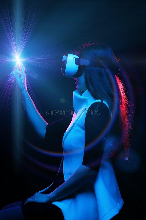 De vrouw gebruikt virtuele werkelijkheidshoofdtelefoon royalty-vrije stock foto