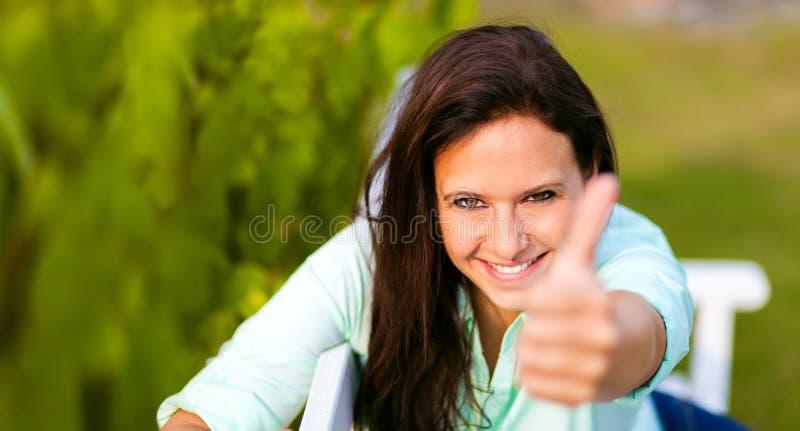 De vrouw is gelukkig in de aard stock afbeeldingen
