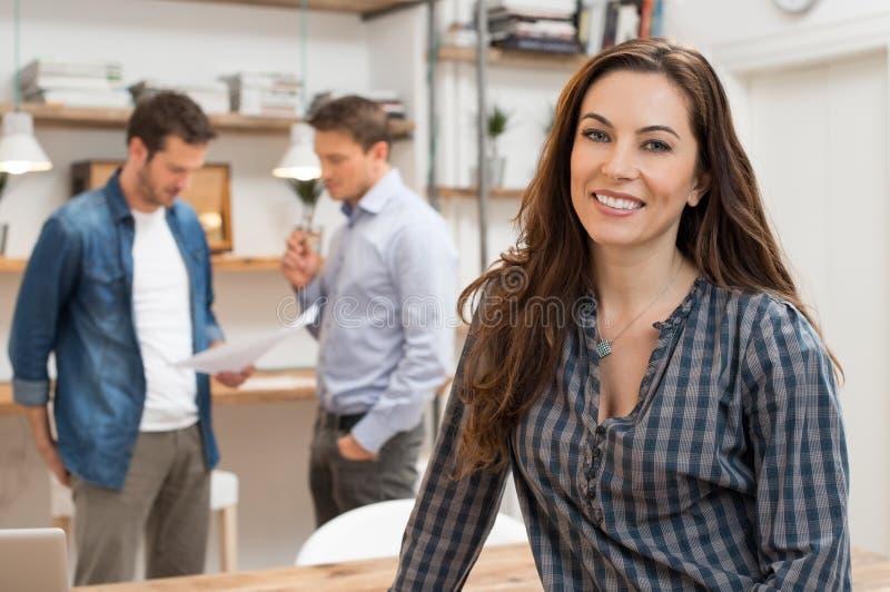 De vrouw is gelukkig over haar werk stock foto's