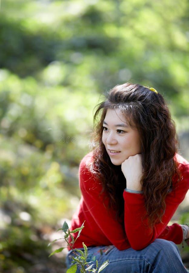 De vrouw geniet van de herfst royalty-vrije stock foto