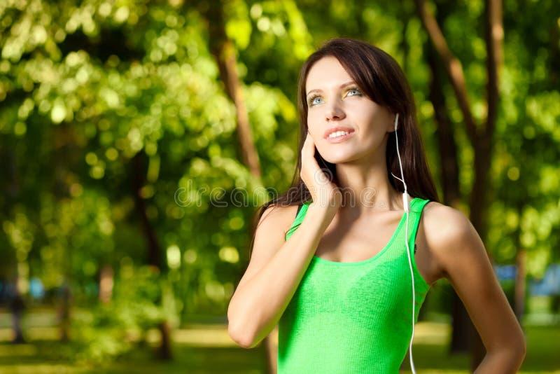 De vrouw geniet van de muziek royalty-vrije stock fotografie