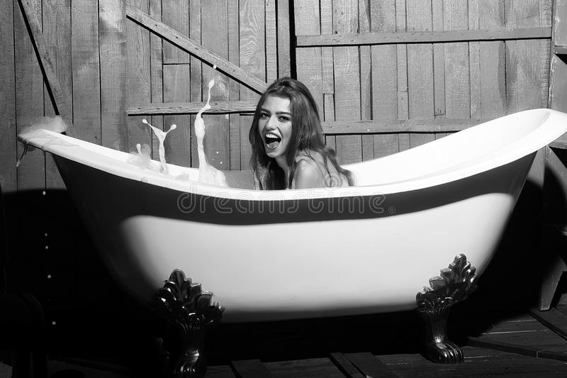 De vrouw geniet van een heet bad Het portret van de schoonheidsmannequin Lachende vrouw in bad royalty-vrije stock fotografie
