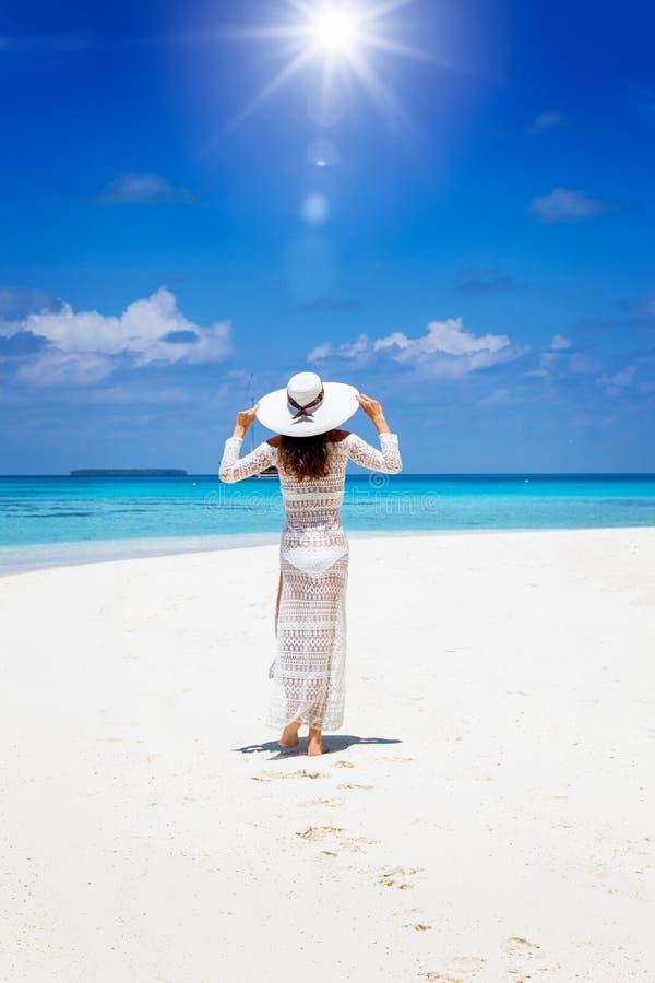 De vrouw geniet van het landschap van de eilanden van de Maldiven stock afbeelding