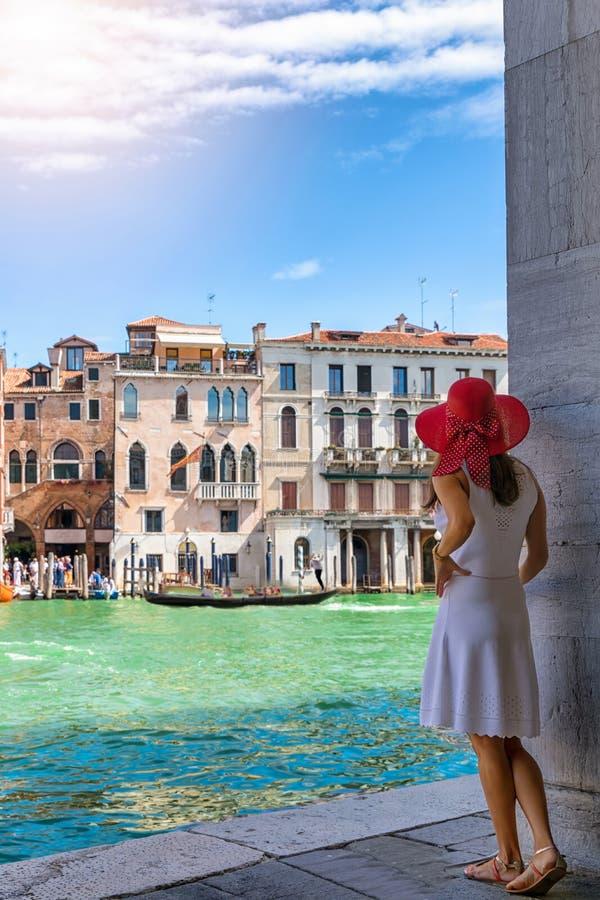 De vrouw geniet van de mening aan de architectuur van het Kanaal Grande in Venetië, Italië stock fotografie