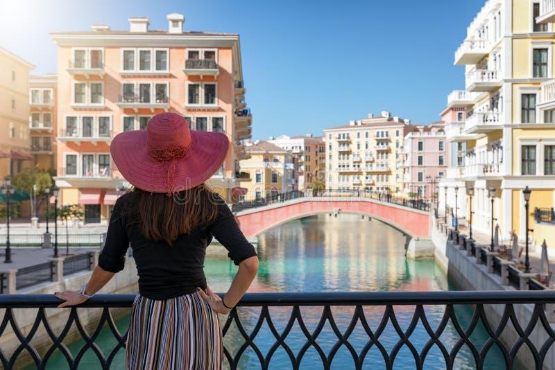 De vrouw geniet van de mening aan Venetië zoals Qanat Quartier op de Parel in Doha royalty-vrije stock foto