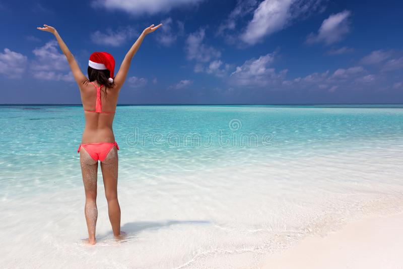 De vrouw geniet van de tropische oceaan tijdens haar de vakantievakantie van de winterkerstmis stock foto