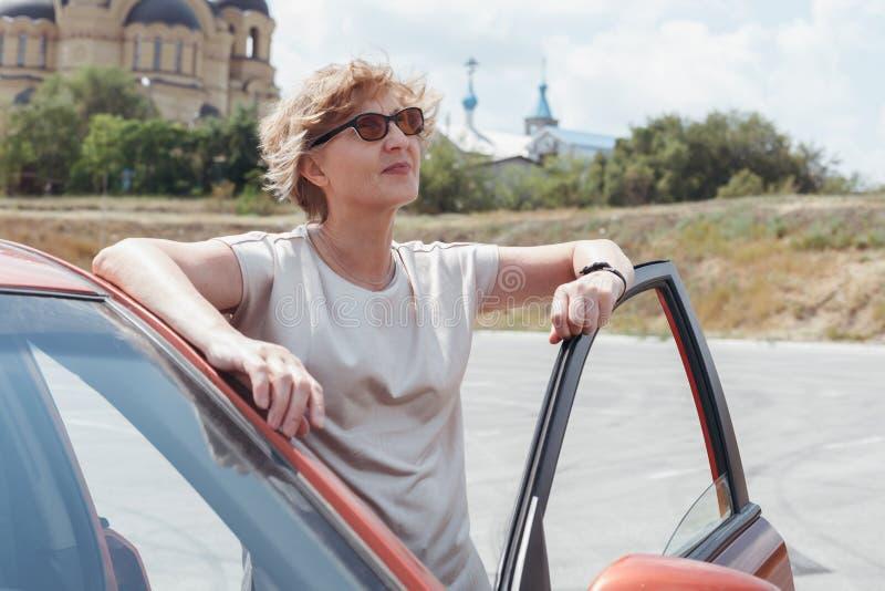 De vrouw ging van de auto uit royalty-vrije stock fotografie