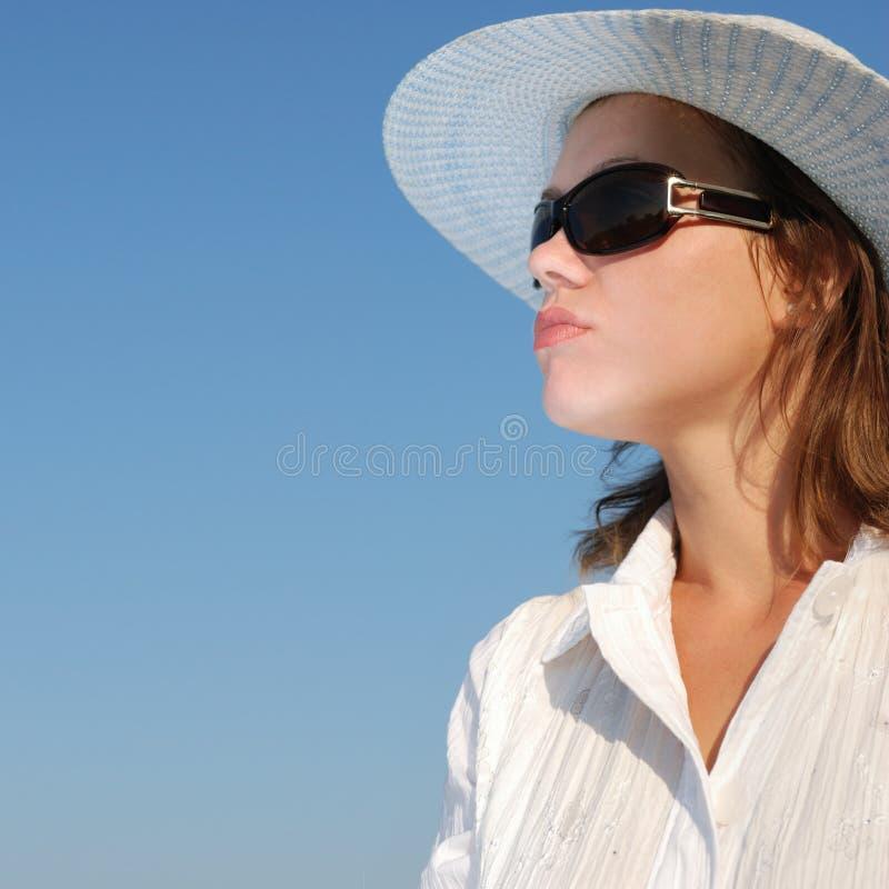 De vrouw in glazen en een hoed royalty-vrije stock foto