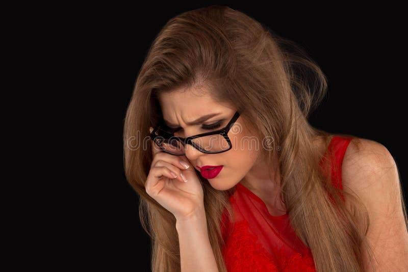 De vrouw in glazen stelt stock afbeelding