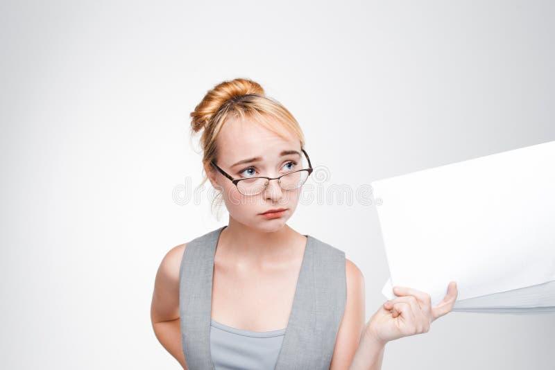 De vrouw in glazen voelt teleurgesteld en getreurd royalty-vrije stock foto