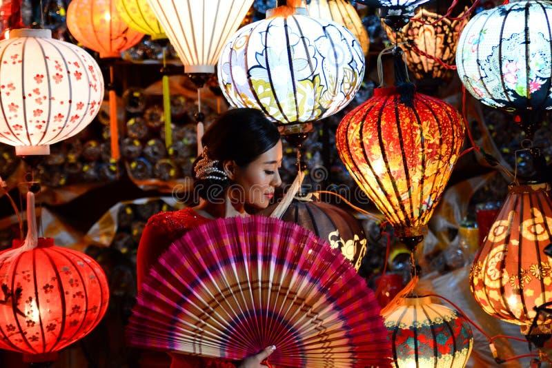 De vrouw in a handcrafted lantaarnswinkel Punt van interst in Vietnam vietnam stock fotografie