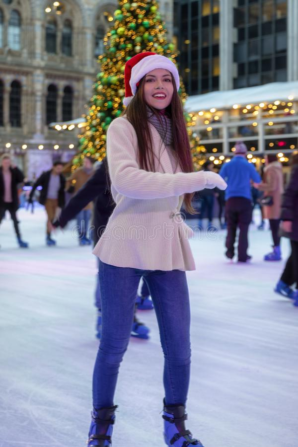 De vrouw heeft pretijs schaatsend op een Kerstmismarkt stock afbeeldingen