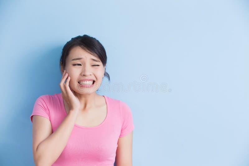 De vrouw heeft tandpijn royalty-vrije stock afbeeldingen