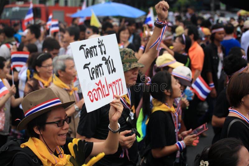 De vrouw heft deposal plaat aan op tegen Thaise overheid royalty-vrije stock foto's