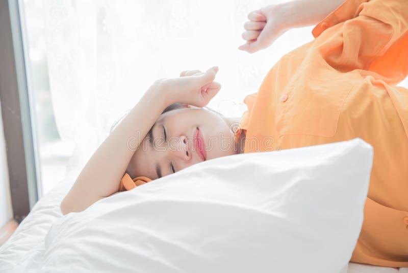 de vrouw is het gelukkige liggen op bed stock afbeeldingen