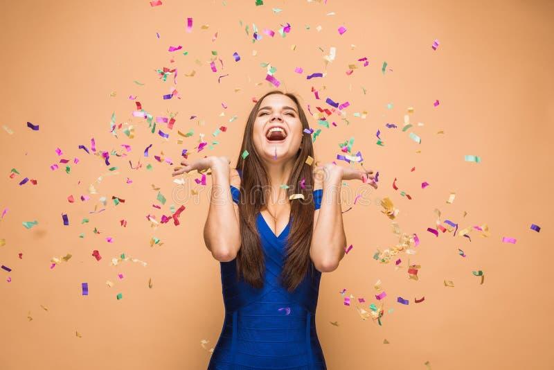 De vrouw het vieren verjaardag op bruine achtergrond royalty-vrije stock foto