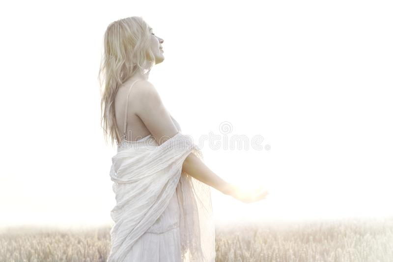 De vrouw houdt al energie van de zon royalty-vrije stock afbeeldingen
