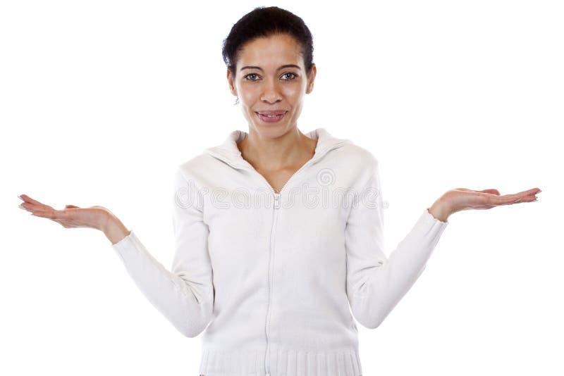 De vrouw houdt beide handen voor presentatie royalty-vrije stock foto