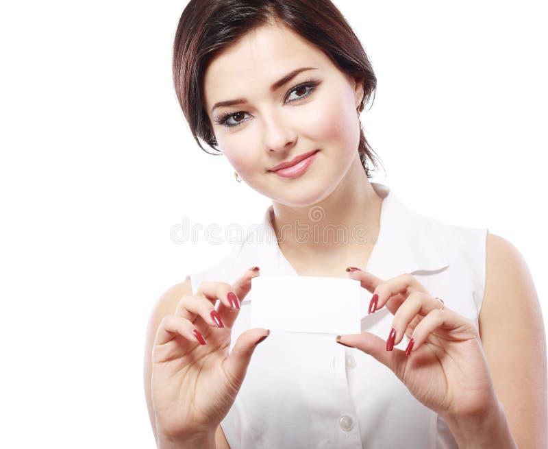 De vrouw houdt een adreskaartje stand royalty-vrije stock afbeelding
