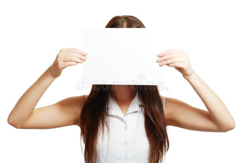 De vrouw houdt een kaart stand royalty-vrije stock foto's