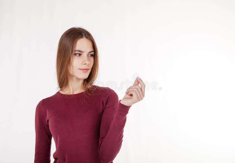 De vrouw houdt in haar hand een denkbeeldige creditcard royalty-vrije stock fotografie