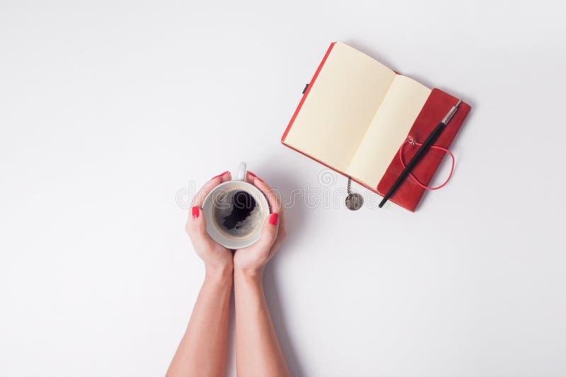 De vrouw houdt kop van koffie stock fotografie
