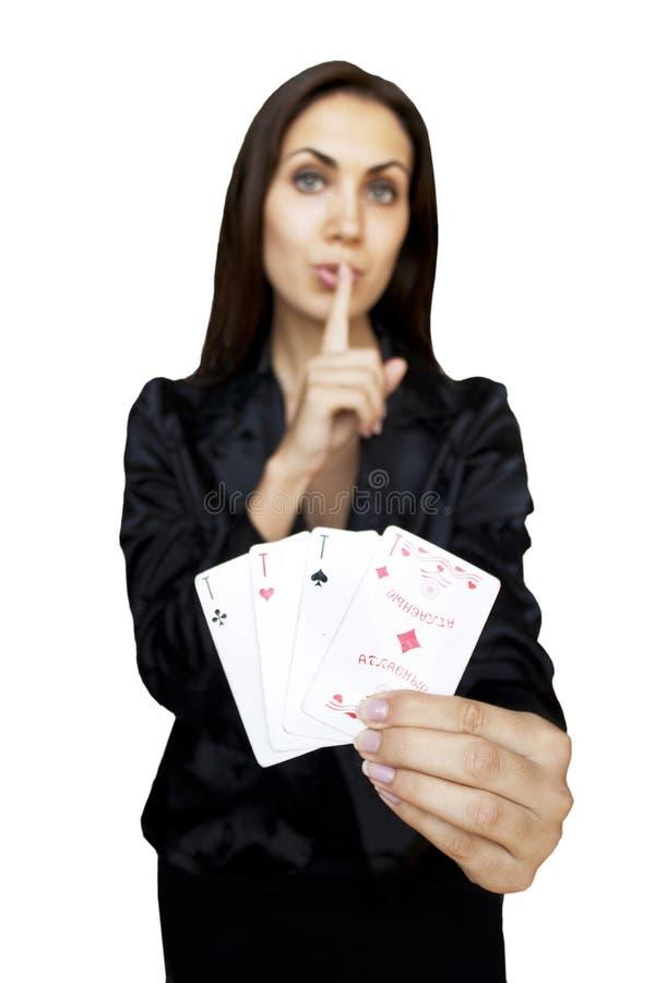 De vrouw houdt speelkaarten royalty-vrije stock afbeeldingen