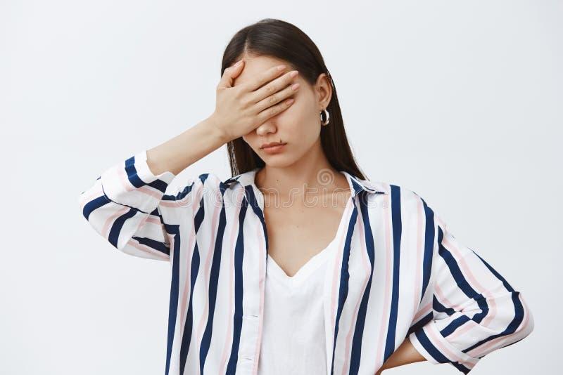 De vrouw kan niet deze onzin bekijken Portret die van ziek en vermoeid somber meisje in gestreepte blouse, naar huis komen en stock foto's