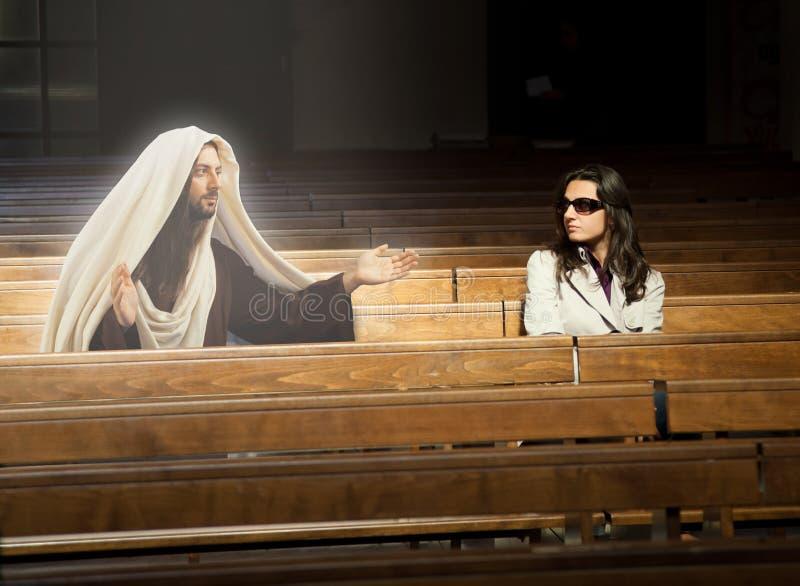 De vrouw in kerk ziet Jesus Christ royalty-vrije stock foto